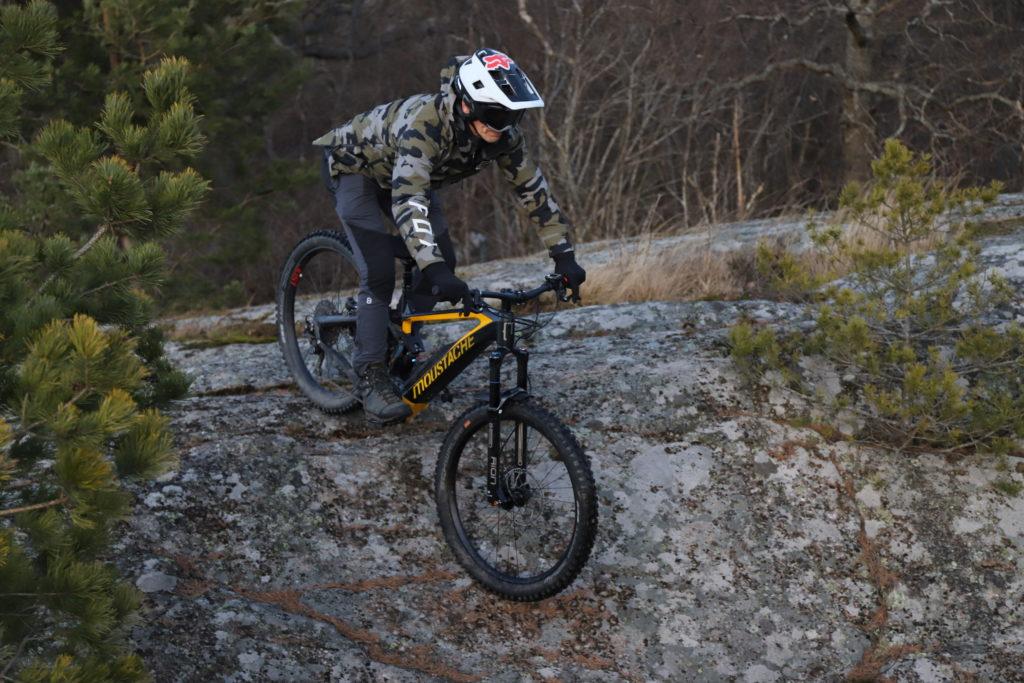 Mountainbike cyklar nerför klippa