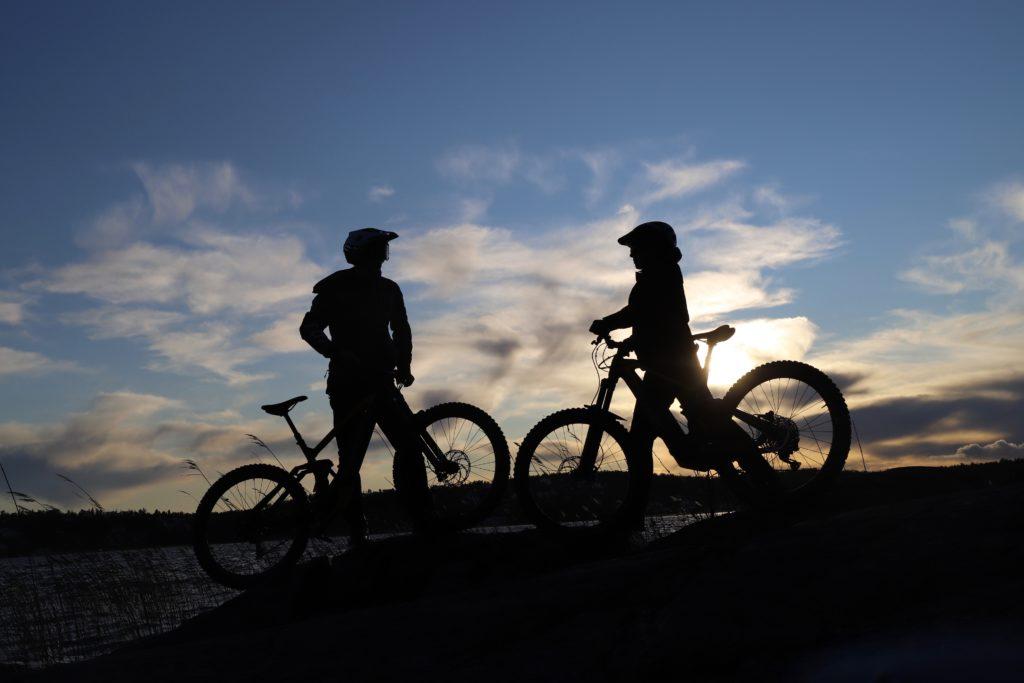 Mountainbikers i motljus