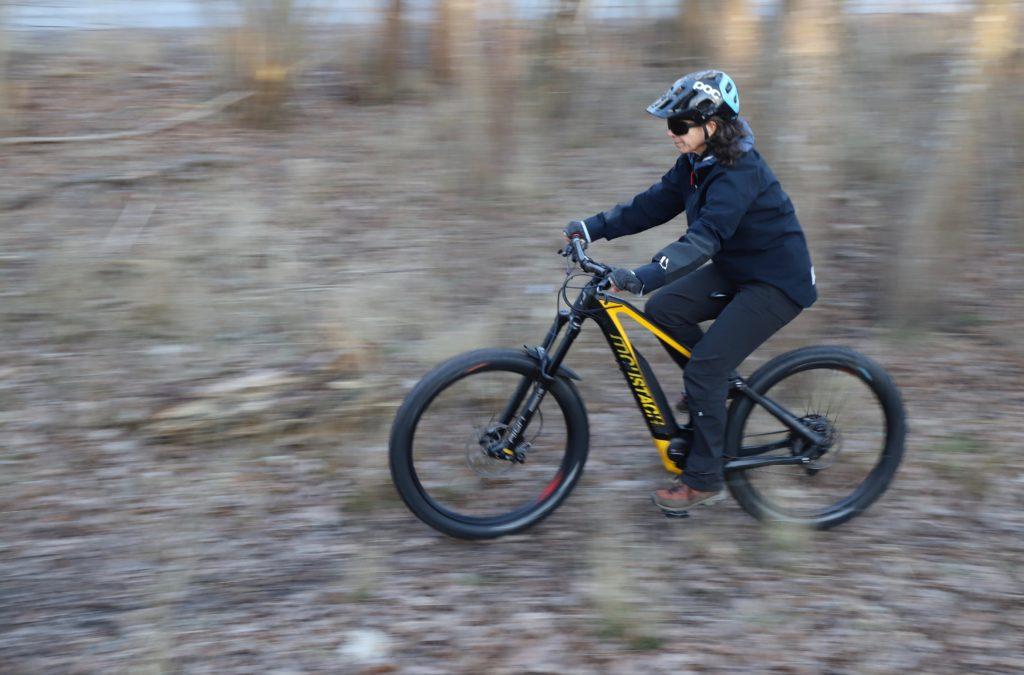 Mountainbiker cyklar genom skog