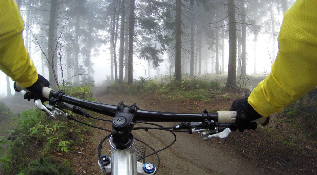 Mountainbiker sedd från styret