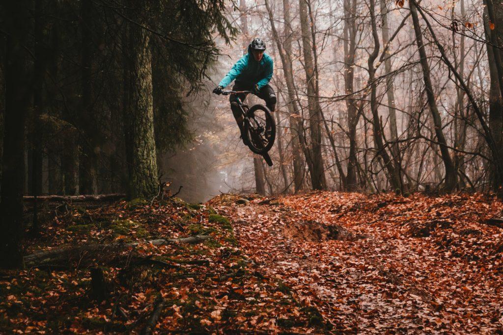 Mountainbiker hoppar med rätt tryck