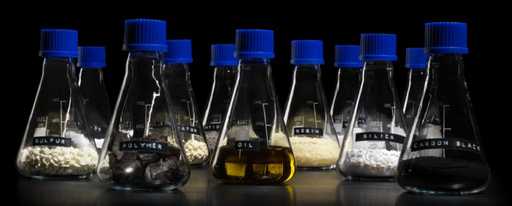 Flaskor med komponenter för att göra gummi
