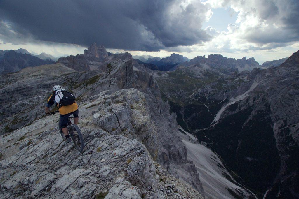 Mountainbiker på klippor