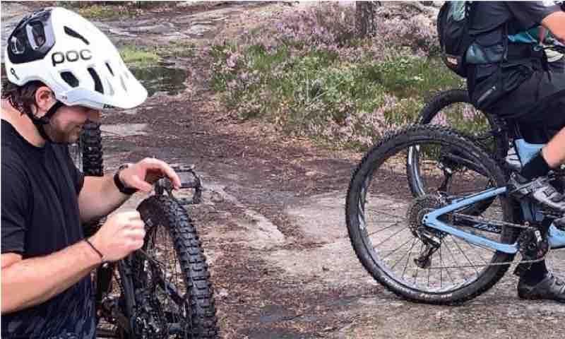 cyklist kollar däcktryck för MTB