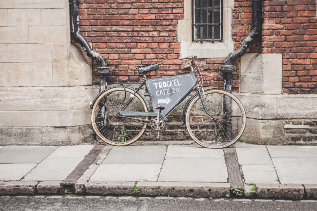 gammal cykel som skylt
