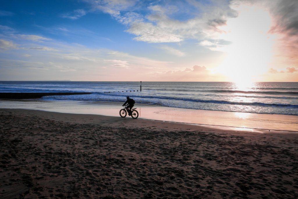 cykling på sandstranden