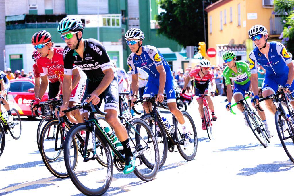 tävlingscyklister med bredare däck