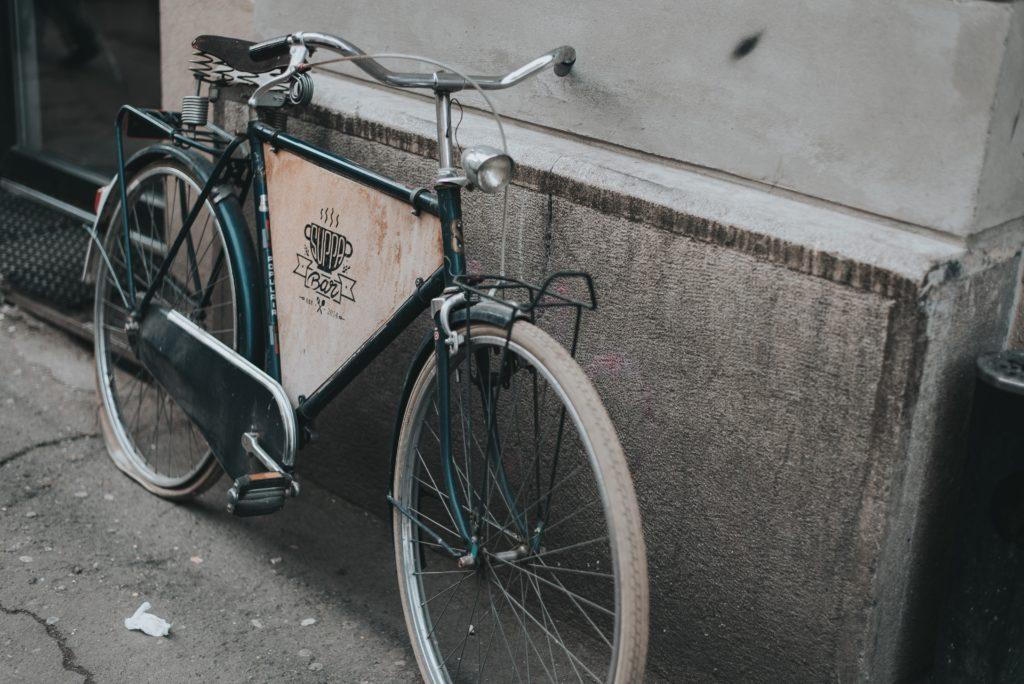 gammal cykel med punktering