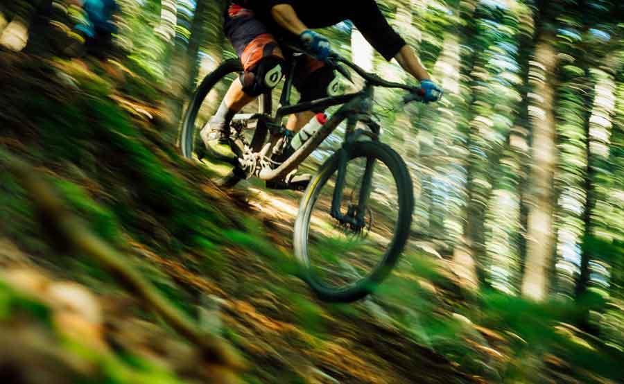 mountainbike med grepp på framdäcket