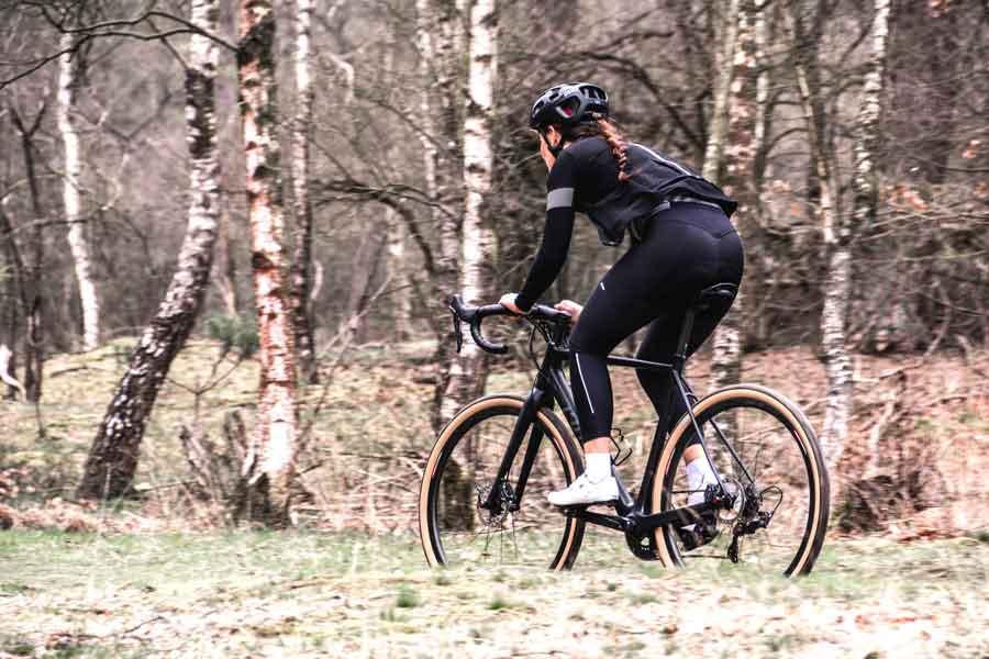 kvinna cyklar gravelbike