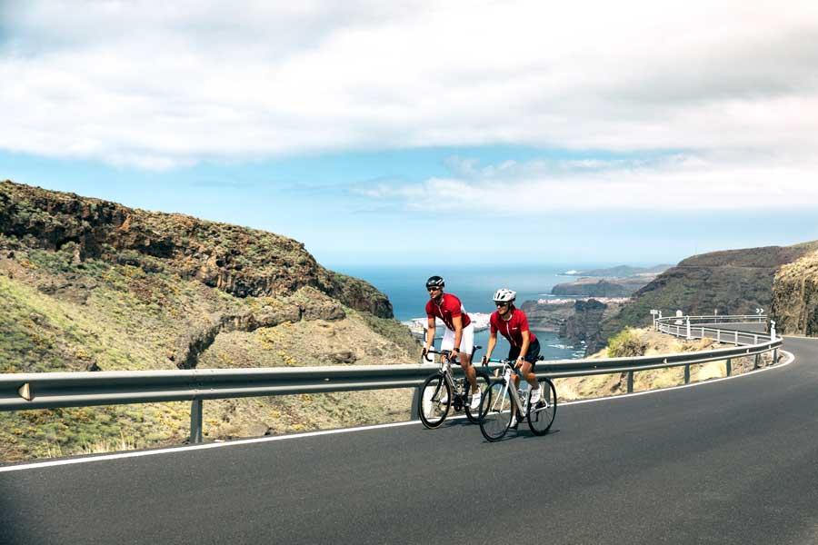 två personer cyklar landsvägscykling med samma däck bak och fram