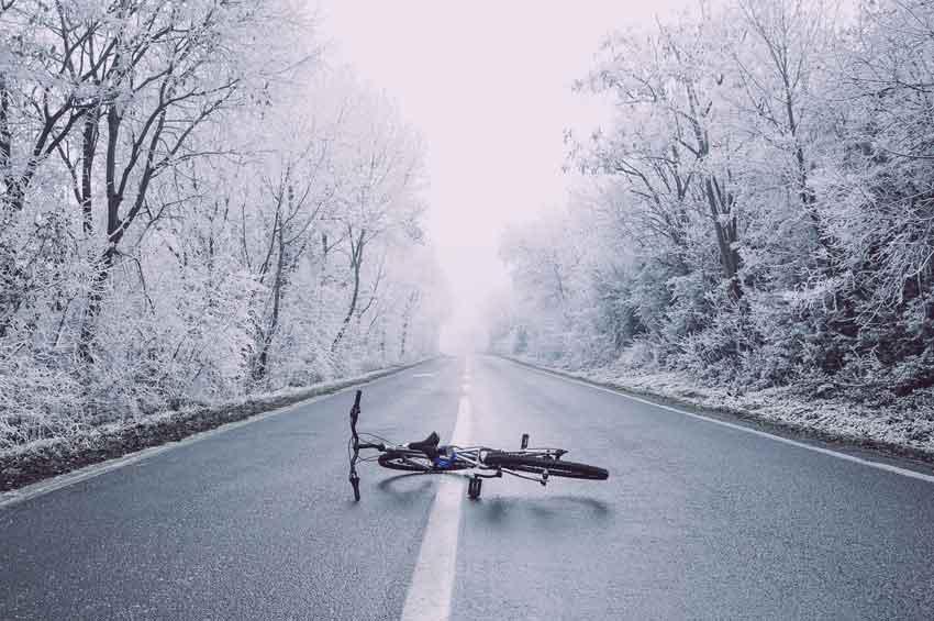 cykel på snöig väg