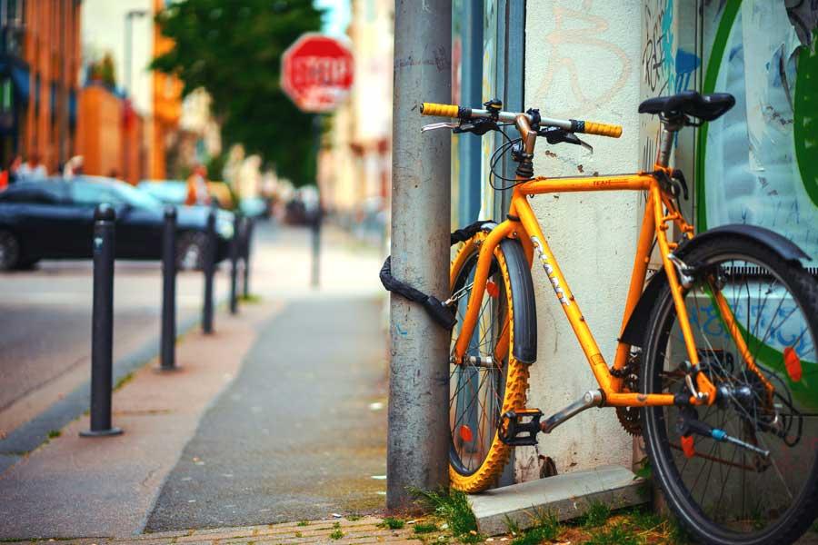 cykel låst med kättinglås
