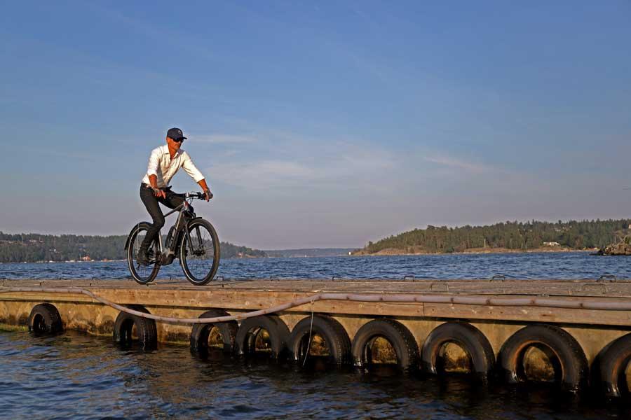 elcykel på brygga