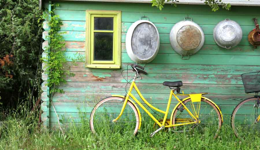 cykel bakom garaget