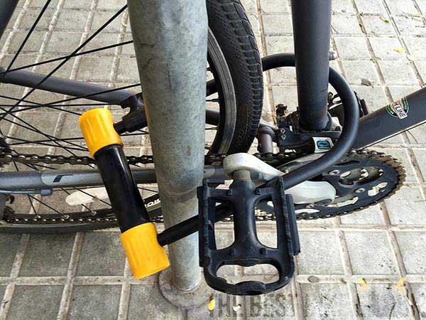 bygellås fyllt med ram hjul och fast objekt