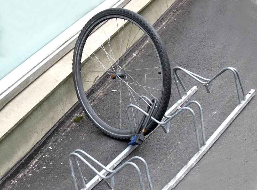 Cykeln stulen - cykelhjul låst med bygellås