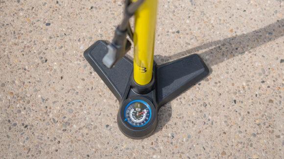 Fotpump BBB AirBoost, med analog tryckmätare (manometer), grå