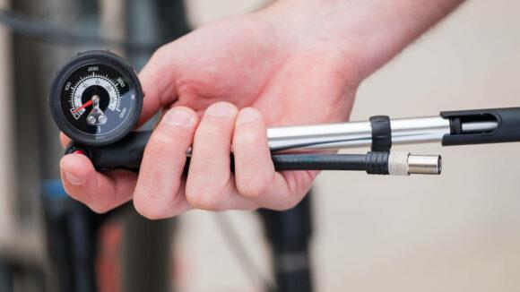 Dämparpump BBB AirShock, med analog tryckmätare (manometer)