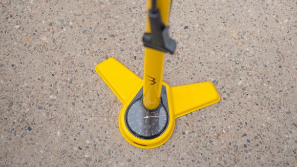 Fotpump BBB AirSteel, med analog tryckmätare (manometer), med extra lång slang, svart
