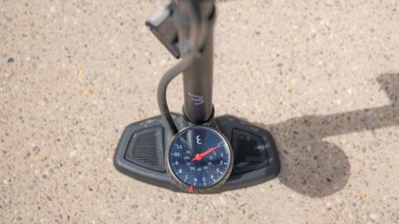 Fotpump BBB AirWave, med analog tryckmätare (manometer)