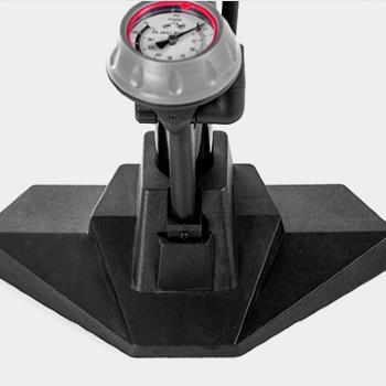 Fotpump Sahoo Hurricane, med analog tryckmätare (manometer), med extra lång slang